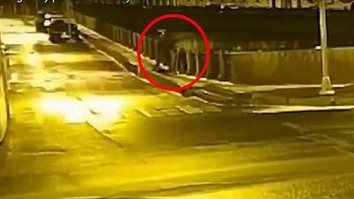 Giây phút giáo sư Nga nghi vứt ba lô chứa xác người tình xuống sông