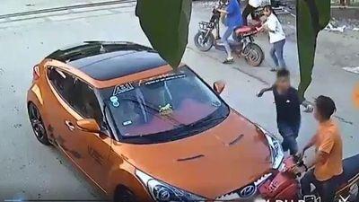 Va chạm giao thông, tài xế ô tô lao vào đánh nam thanh niên tới tấp