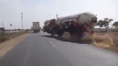 Tài xế không làm chủ tay lái khiến xe bồn lật xuống ruộng
