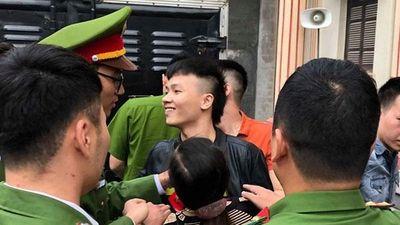 Clip: Khá Bảnh tươi cười vẫy tay chào dân 'anh chị' khi được đưa đến tòa xét xử