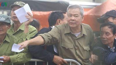 Cận cảnh: Thương binh xếp hàng mua vé trận ĐT Việt Nam - ĐT UAE
