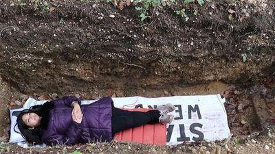 Trường đại học đào mộ cho sinh viên nằm thử để giảm áp lực học hành