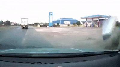 Xe máy mất lái khi ôtô rẽ phải