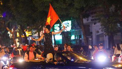 Người dân nhảy múa trên phố sau chiến thắng UAE