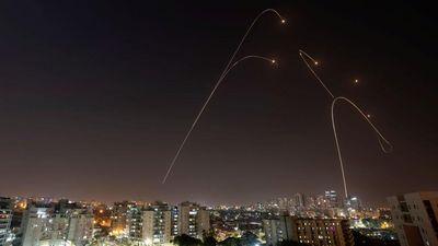Video tên lửa phóng từ Gaza sáng rực bầu trời đen ở thành phố Israel