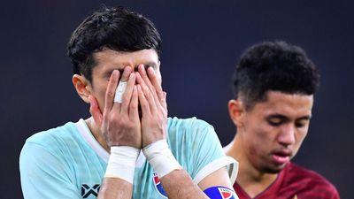 Cầu thủ Thái Lan ôm mặt thất vọng sau trận thua Malaysia