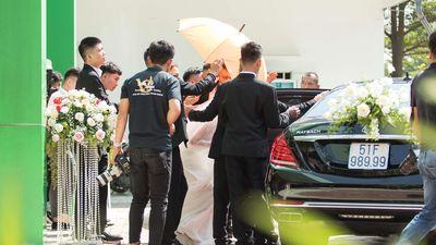 Hàng chục vệ sĩ che chắn vợ chồng Bảo Thy suốt lễ cưới