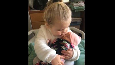 Tan chảy khi xem chị 3 tuổi 'nựng' em bé mới sinh