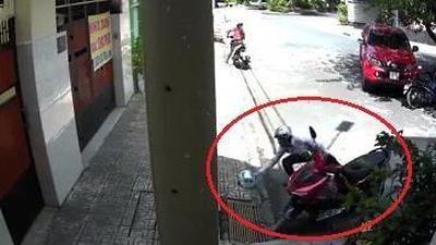 Kẻ gian để lại mũ bảo hiểm trước khi trộm xe máy