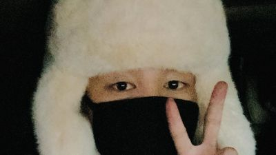 Jimin (BTS) được ví như cơm nắm khi đội mũ lông trắng ở sân bay