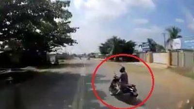 Người phụ nữ đi xe máy suýt bị container đâm vì thiếu quan sát