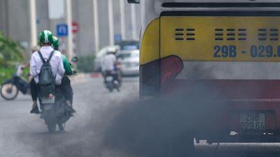 Xe buýt, hàng quán xả khói đen khắp đường phố