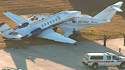 Hai máy bay tông vào nhau trên đường băng