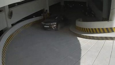 Tài xế say rượu lái ôtô đâm thẳng vào tường hầm gửi xe