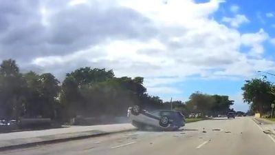 Lao sang đường quá sớm, SUV khiến xe phía sau 'chổng vó'