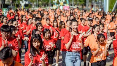 Tiểu Vy nhảy flashmob, 'sung' hết cỡ cùng hàng ngàn sinh viên ở Đà Nẵng