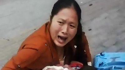 Mẹ gào khóc ôm con trai bất tỉnh vì bị vật kim loại rơi trúng đầu