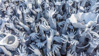 Những bàn tay kỳ dị vươn lên trời trong ngôi chùa Thái Lan