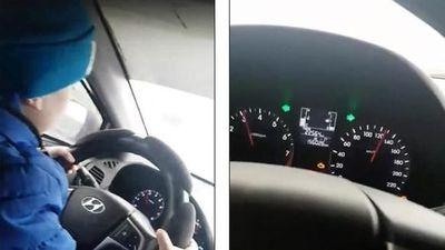 Phẫn nộ clip người mẹ để con trai 6 tuổi lái ôtô 130 km/h trên cao tốc