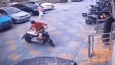 Tài xế lái ôtô đâm vào người phụ nữ sau khi cãi nhau