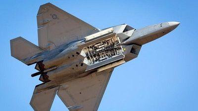 F-22 của Mỹ khoe khoang chứa cực 'khủng', mang được những loại vũ khí gì?