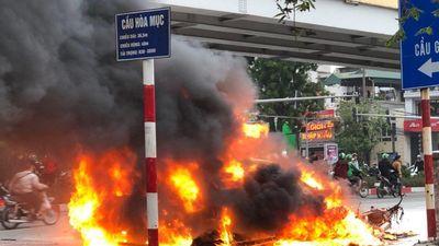 Xe Mercedes bốc cháy dữ dội sau khi đâm xe máy tại giao lộ