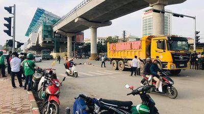 Video tai nạn ở ngã ba Nhổn, Hà Nội: Tài xế xe máy bị ô tải cán tử vong