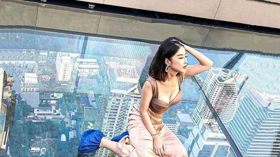 Đi bộ trên không ở tòa nhà chọc trời cao nhất Thái Lan