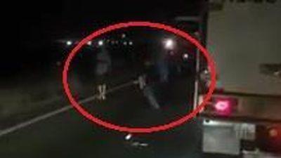 Xe khách tông xe bán tải, lái xe lao vào đánh nhau