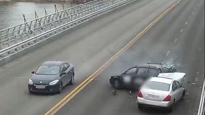 Chuyển làn không quan sát, ôtô nhận 'cái kết đắng'