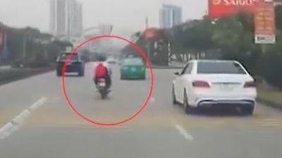 Thót tim 2 nam sinh đầu trần lái xe máy, lạng lách giữa làn ô tô
