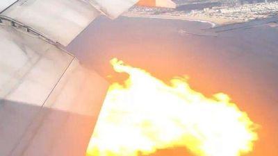 Khoảnh khắc máy bay Boeing chở 365 người cháy động cơ trên không