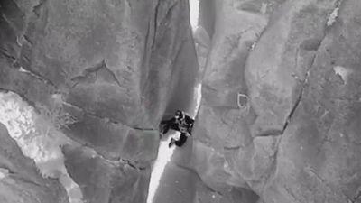 Phi đoàn trực thăng Mỹ giải cứu người rơi xuống khe núi hẹp