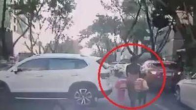 Nữ tài xế lùi ôtô tông trúng 3 mẹ con đi bộ trên đường