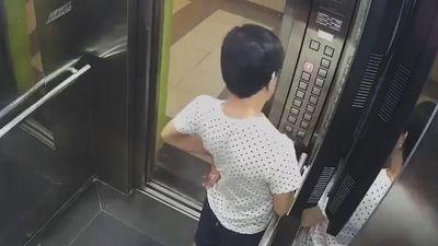 Người đàn ông tiểu tiện trong thang máy chung cư ở TP.HCM