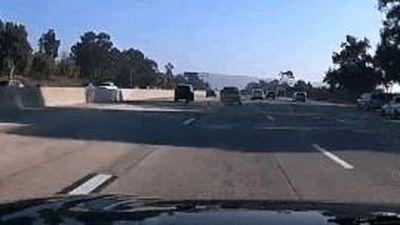 Xe bán tải đang chạy đột ngột văng bánh ra đường