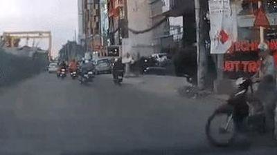 Người đàn ông không đội mũ bảo hiểm, vượt đèn đỏ bị ôtô tông