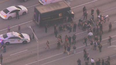 Cảnh sát Mỹ rượt đuổi, đấu súng với nghi phạm trên cao tốc