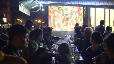 Nhà hàng, quán cà phê chật ních người xem U22 Việt Nam đá bán kết