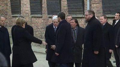 Thủ tướng Đức Merkel suýt ngã khi thăm trại tập trung ở Ba Lan