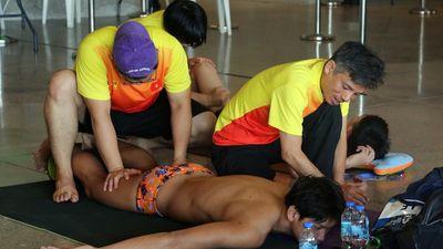Các kình ngư Việt Nam được massage trên sàn nhà thi đấu
