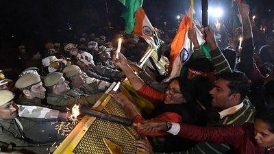 Biểu tình dữ dội sau vụ thiêu chết nạn nhân hiếp dâm ở Ấn Độ