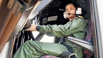 Nhan sắc cực 'sát thương' nữ phi công đầu tiên của hải quân Ấn Độ