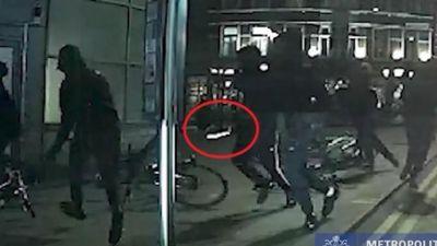 Băng đảng rút kiếm và súng để giết người giữa thủ đô London