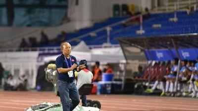 HLV Park Hang Seo cùng học trò dọn rác sau trận thắng U22 Campuchia