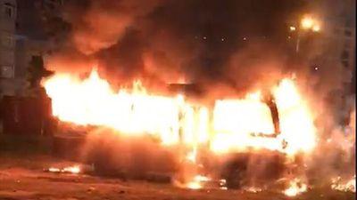Xe khách 29 chỗ cháy ngùn ngụt khi đỗ ở bãi đất trống