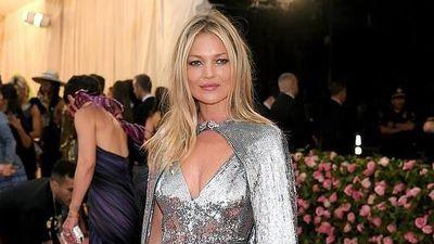 Người mẫu 45 tuổi diện váy hở vòng một trên thảm đỏ