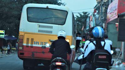 CSGT bất ngờ khi xe buýt 60 chỗ chở gần 120 học sinh