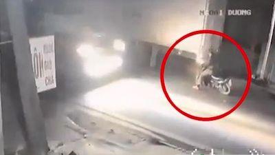 Tài xế xe máy đâm vào đuôi xe tải ngã ra đường, bị container cán trúng