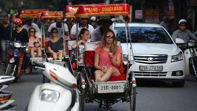 Hình ảnh xe xích lô Hà Nội 'ca ngợi' trên báo Tây: Cấm có nên?